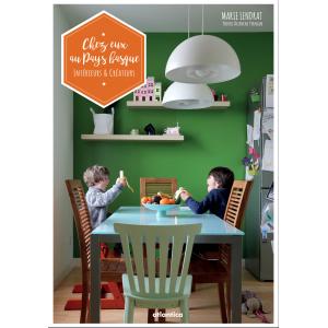 Couverture orange de « Chez eux au Pays basque » de Marie Lendrat aux éditions Atlantica